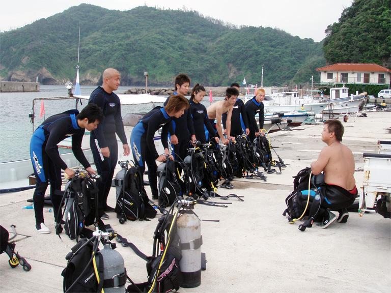 ダイビング免許取得、海洋講習でウェットスーツに着替えて機材のセッティング